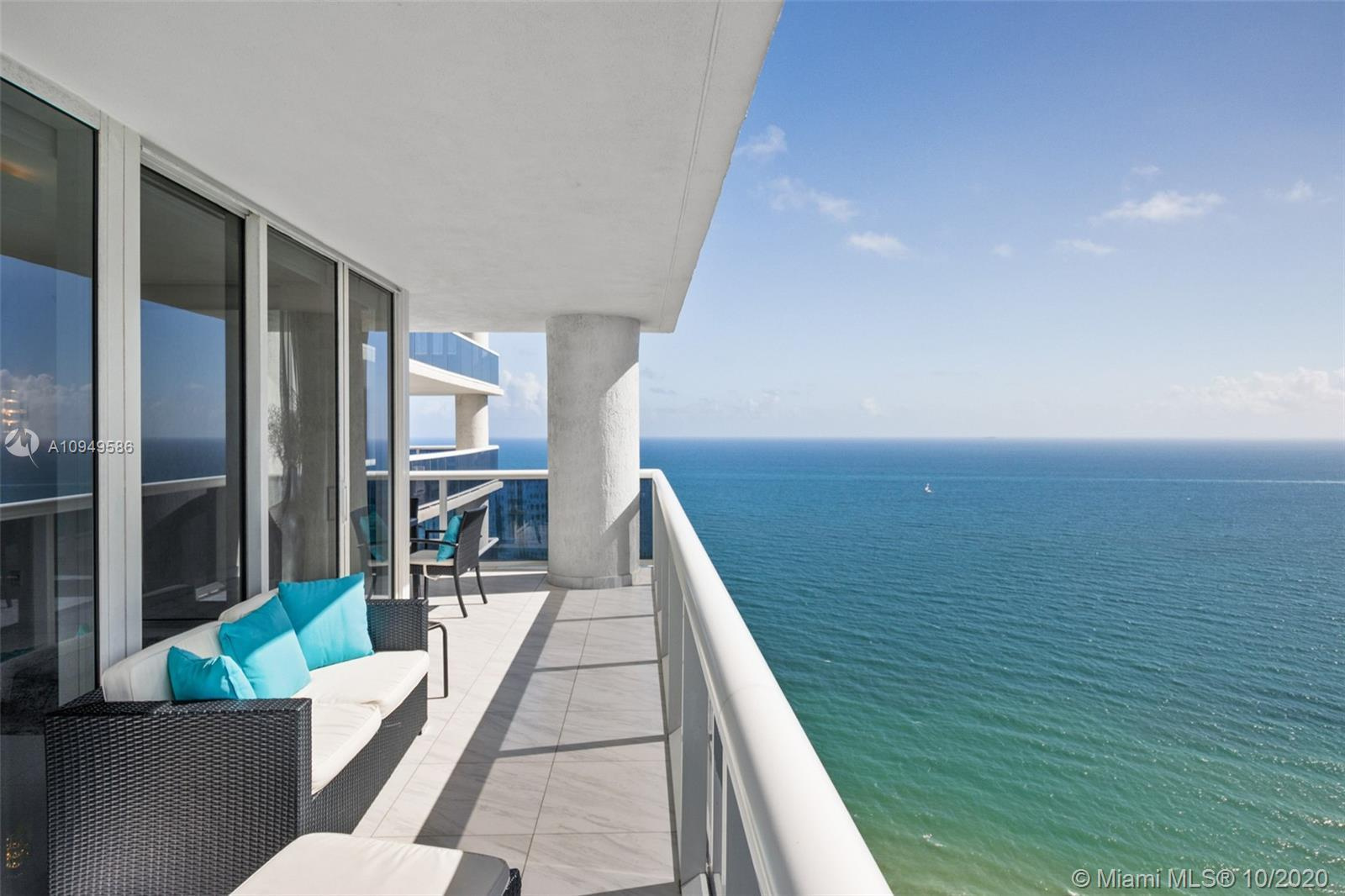 Penthouse corner unit 2Bed+Den with breathtaking views of the beach and the city. White floors throu