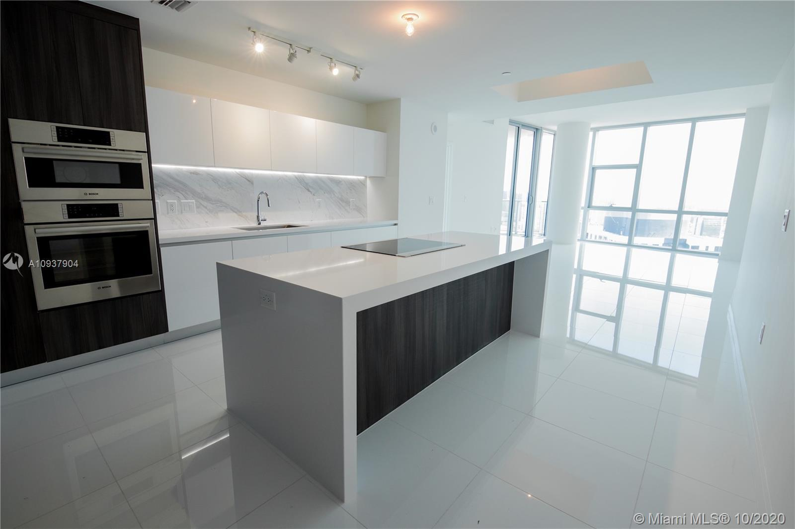 LUXURY PARAMOUNT MIAMI WORLD CENTER : 3 Beds /4 Baths 10 Ft ceilings / Private elevator foyer. Panor