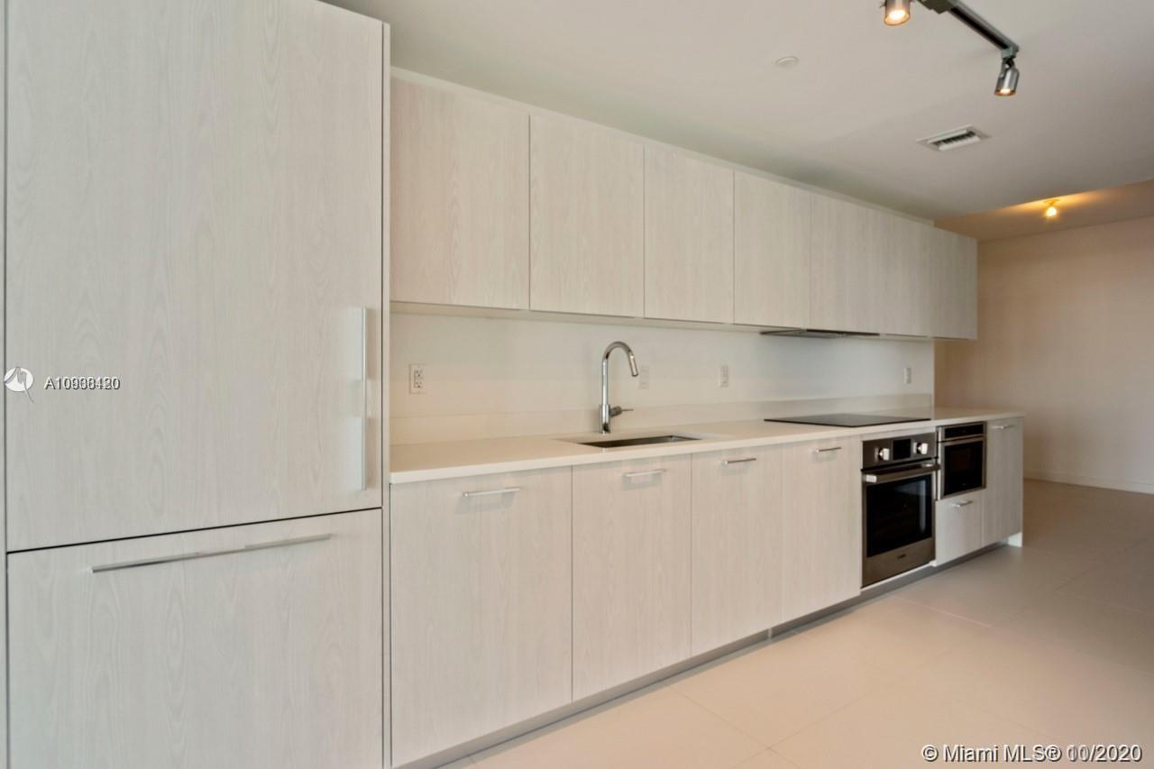 Amazing corner unit for sale in the new and luxury condo Paraiso Bayviews! This apartment features a