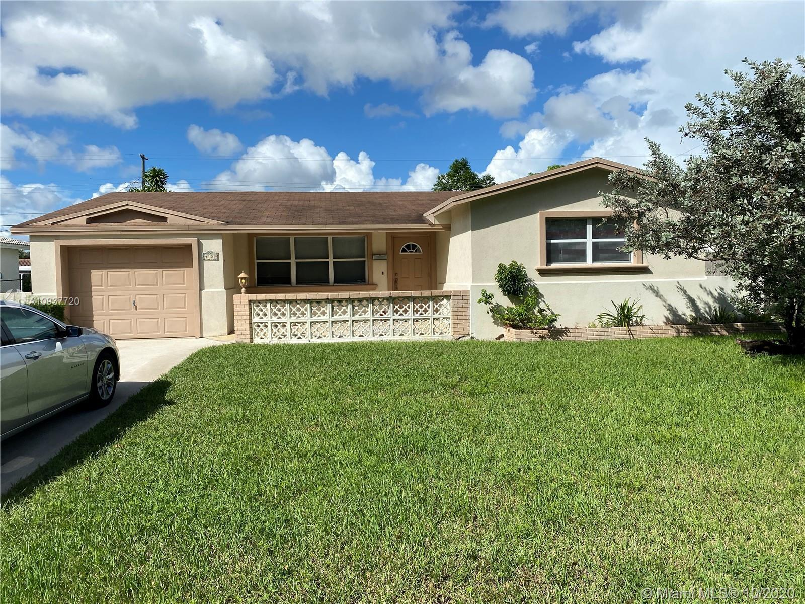 Incredible Home in the Heart of Hollywood, Florida. Close to the Memorial Hospital and some of the b
