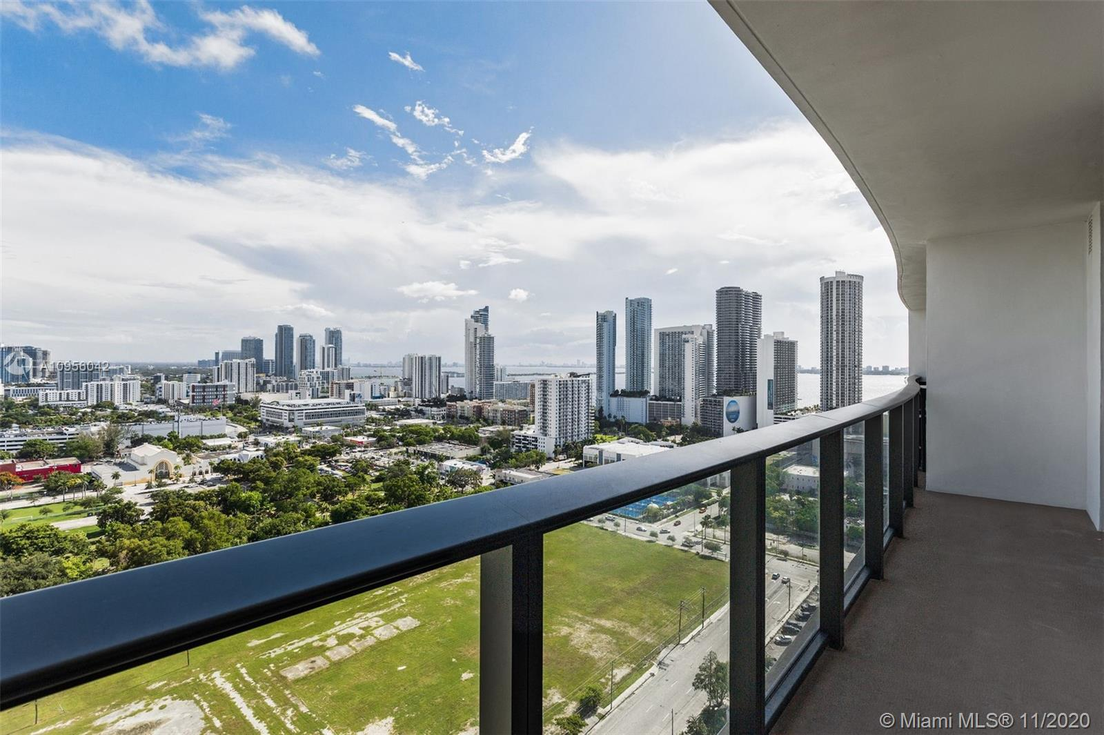 Spacious 1 bedroom 1 bathroom in between downtown and the design district. Breathtaking views overlo