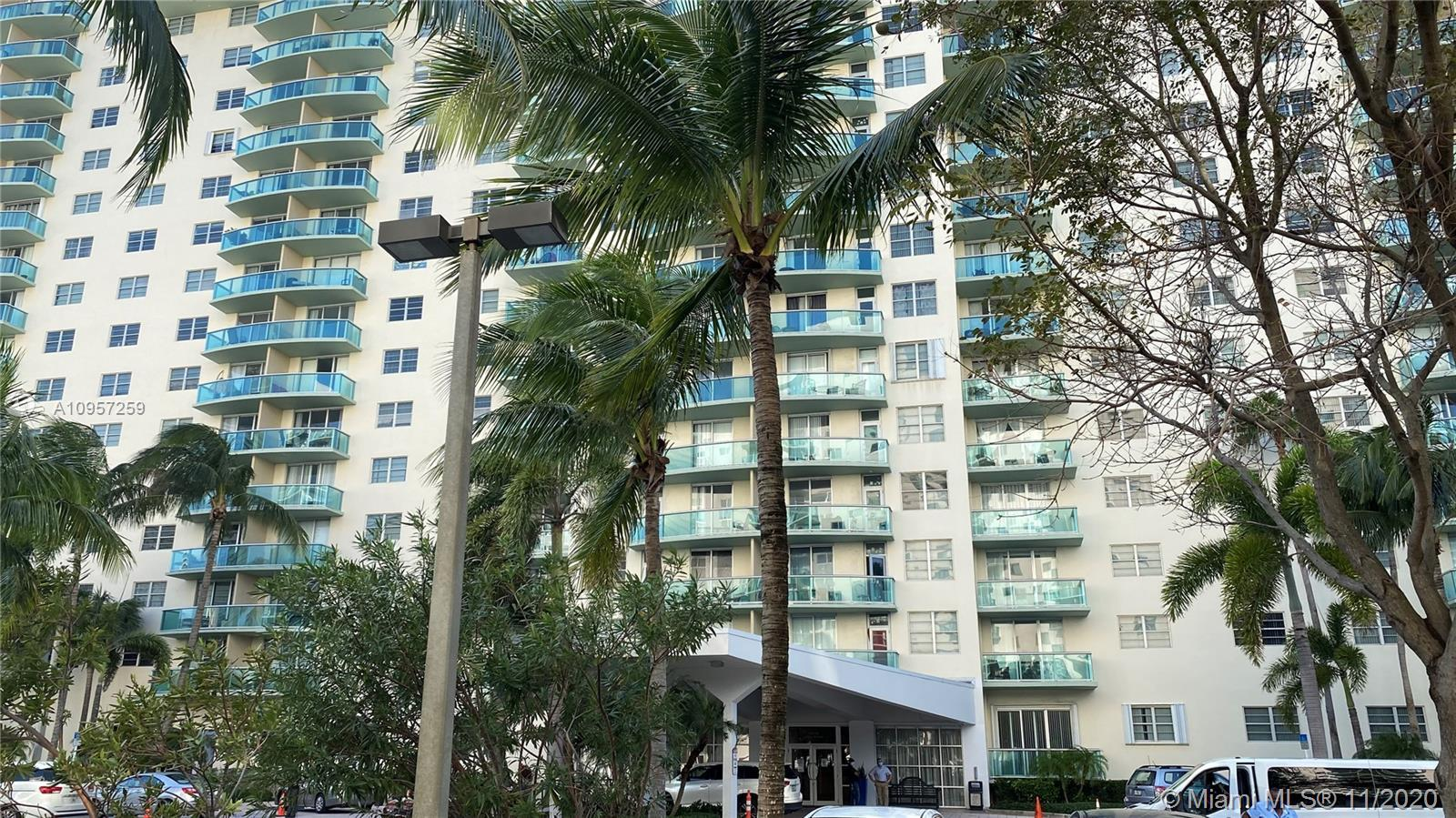 LIVE IN THE HEART SUNNY ISLES BEACH ,SURROUNDED BEACHES!!!!!BANKS,SUPERMARKET   THIS UNIT 1 BEDROOM