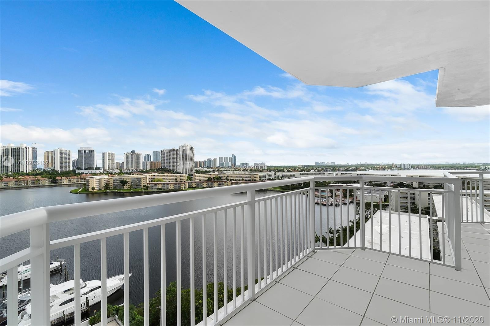 Wonderful 2 bedrooms 2 bath condo in the heart of Aventura with phenomenal views of the water. Centr