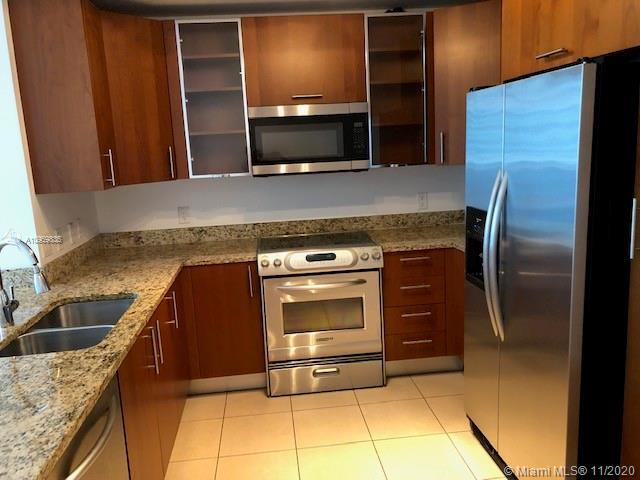 Modern 1/1 with parquet floors, stainless steel appliances, doble access to spacious bathroom and a