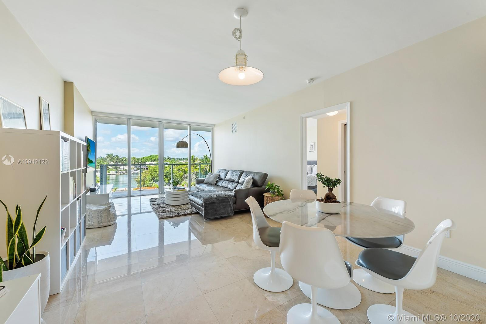 Bright Waterfront contemporary 2 Bed/2 Bath residence just across the street from the beach. This me