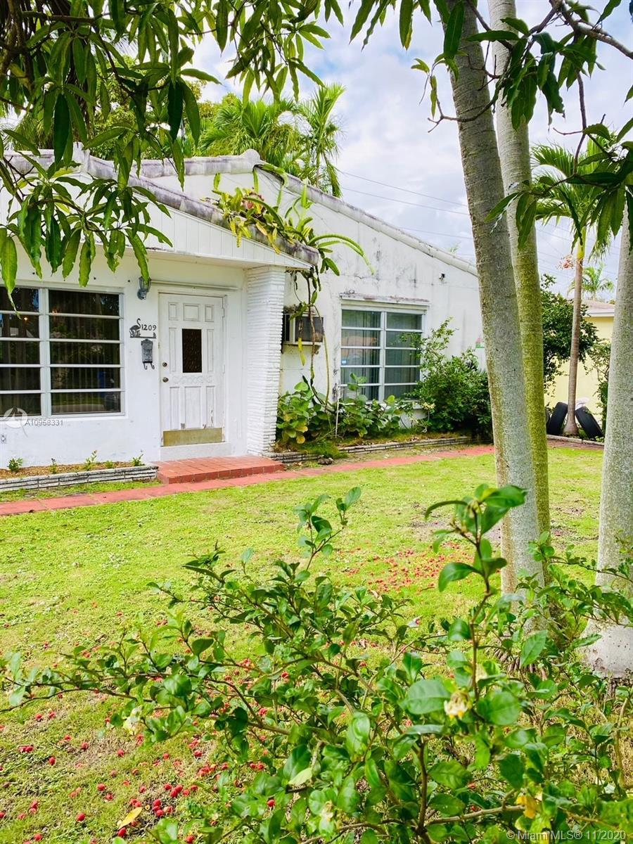 Welcome to a great potential 3/2 multi family sought after location in the heart of Fort Lauderdale!