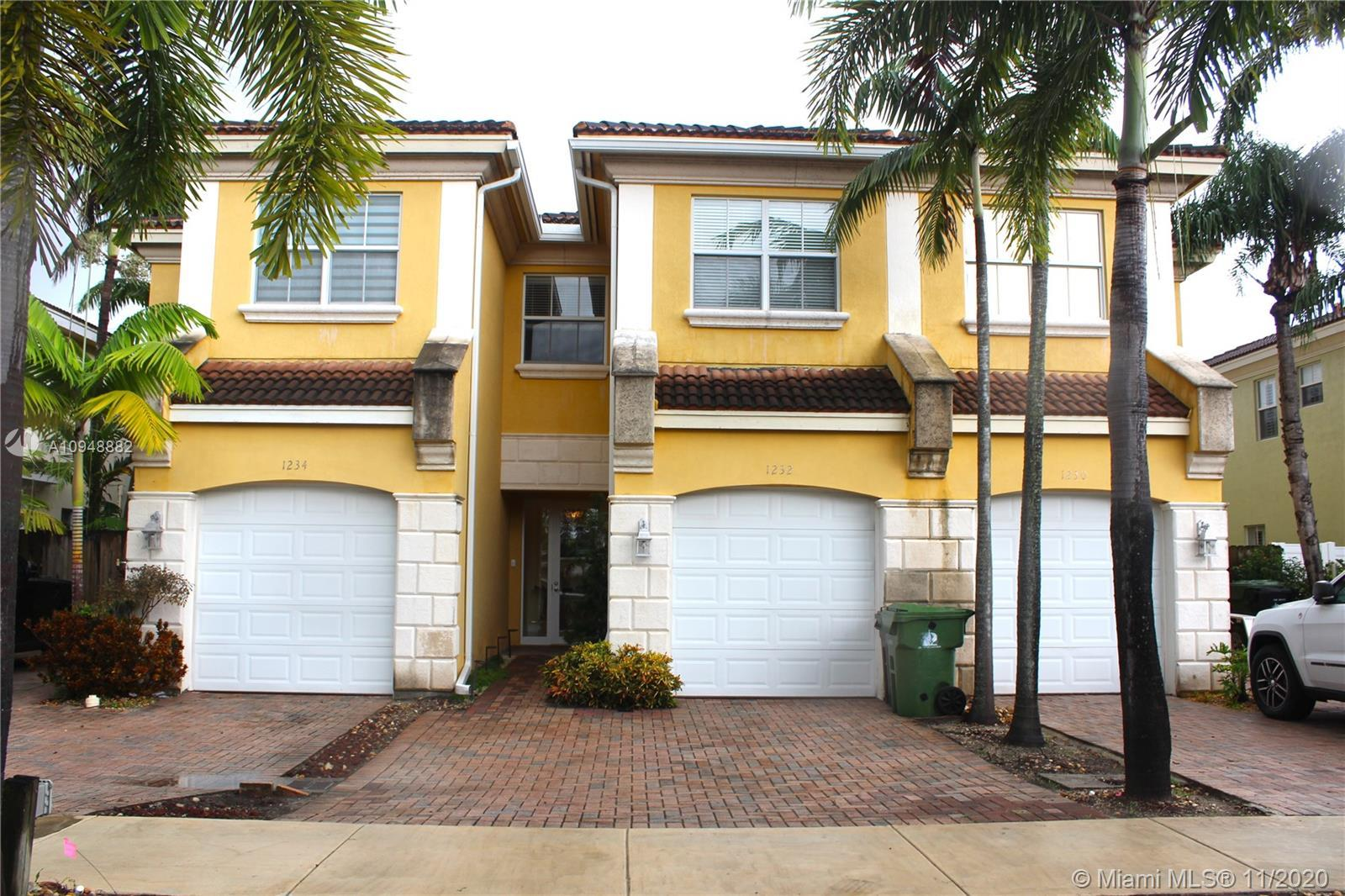 Lake Ridge fee simple 3/2.5 townhome with private pool and 1CG. Minutes from downtown Ft Lauderdale,