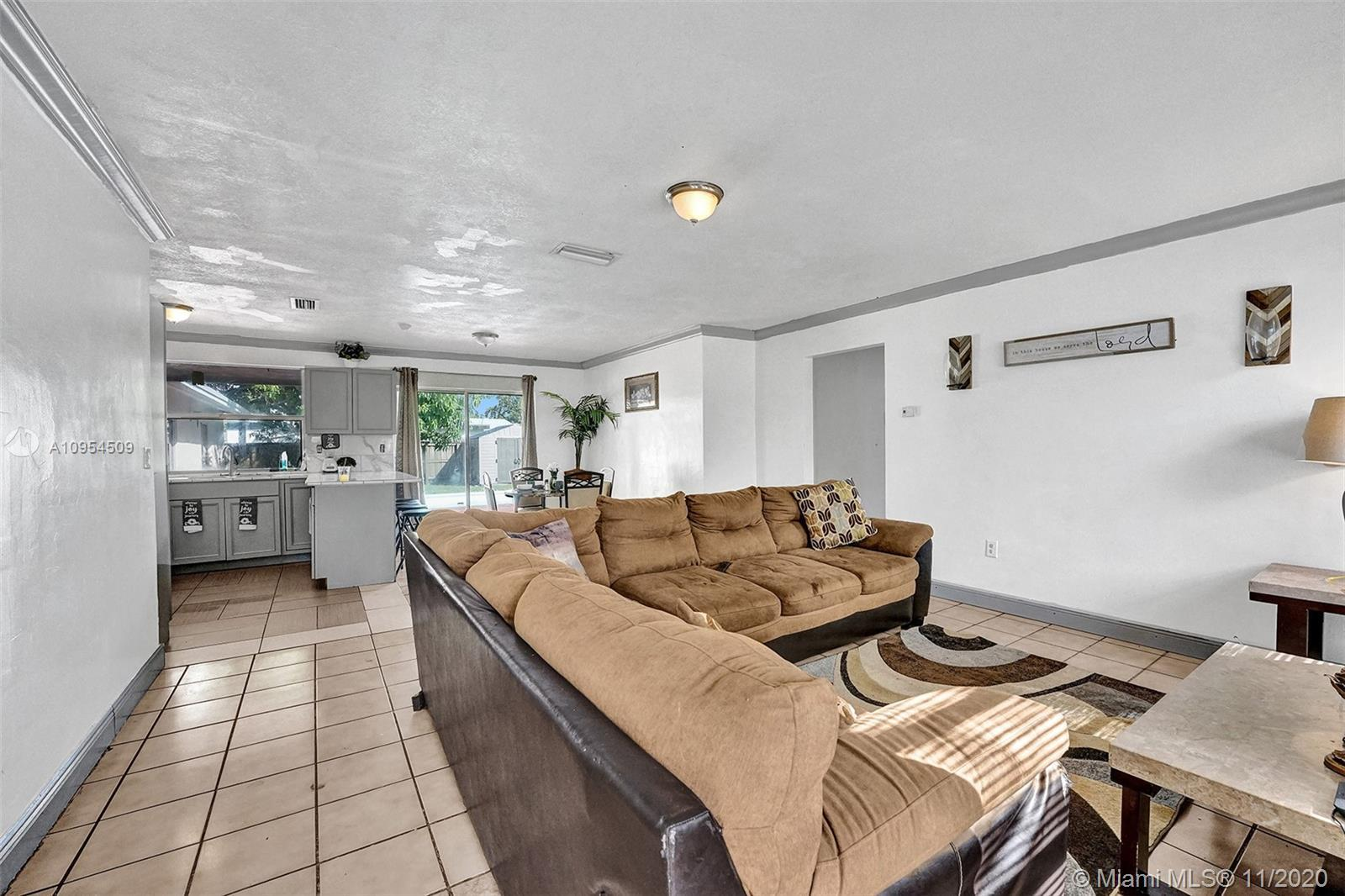 BEAUTIFUL, SPACIOUS AND HIGHLY DESIRED 5 BEDROOM AND 3 BATHROOM IN THE HHOLLYWOOD AREA. BRING YOUR F