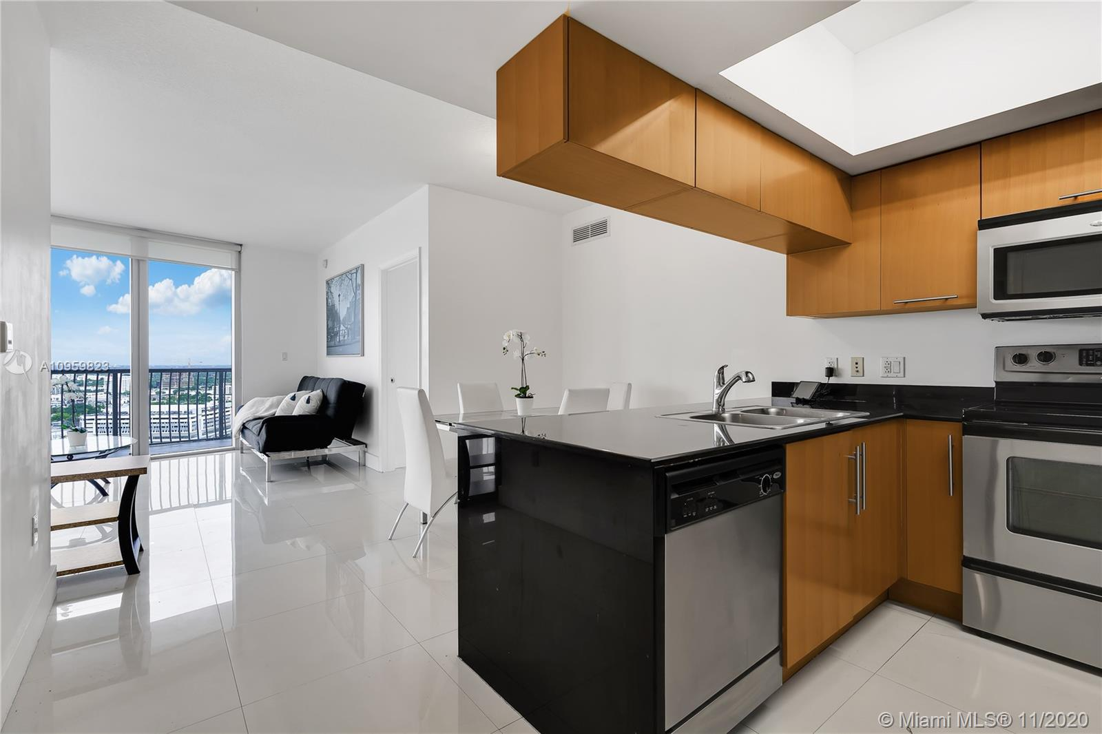 Amazing condo on the 26th floor with panoramic views of the downtown skyline! 2BR/2BA luxury residen