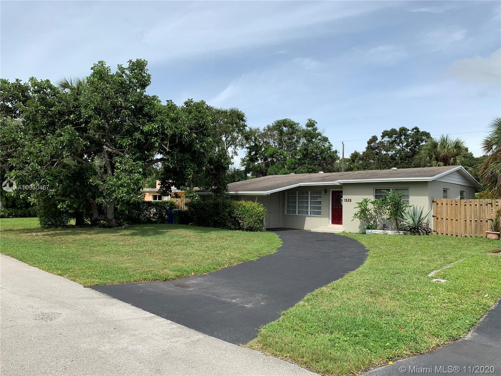 Spacious 3/2 home located in the desirable and private Shady Banks neighborhood. Large lot leaving t