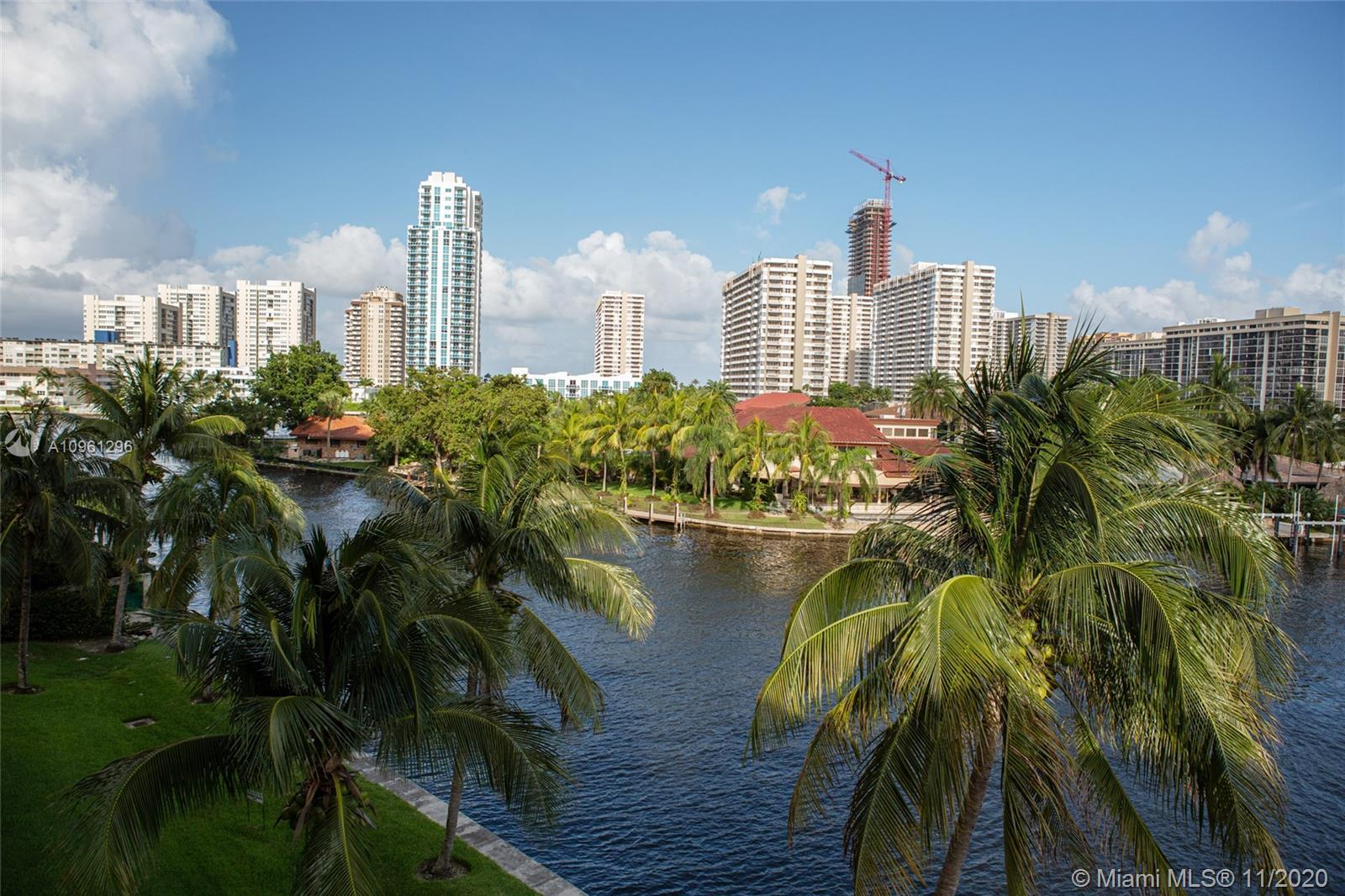 Beautiful condo located in Golden Isles in the Hallandale Yacht Club, majestic views over the canal