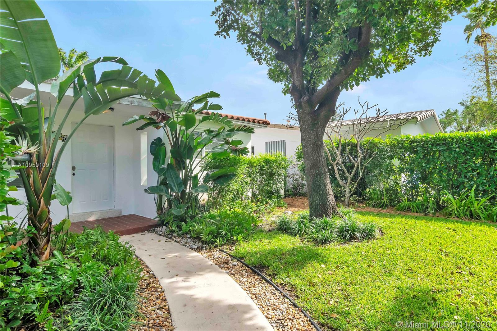 Bright open home in Hollywood Lakes. This home has a split floor plan that has a total of 3 bedrooms