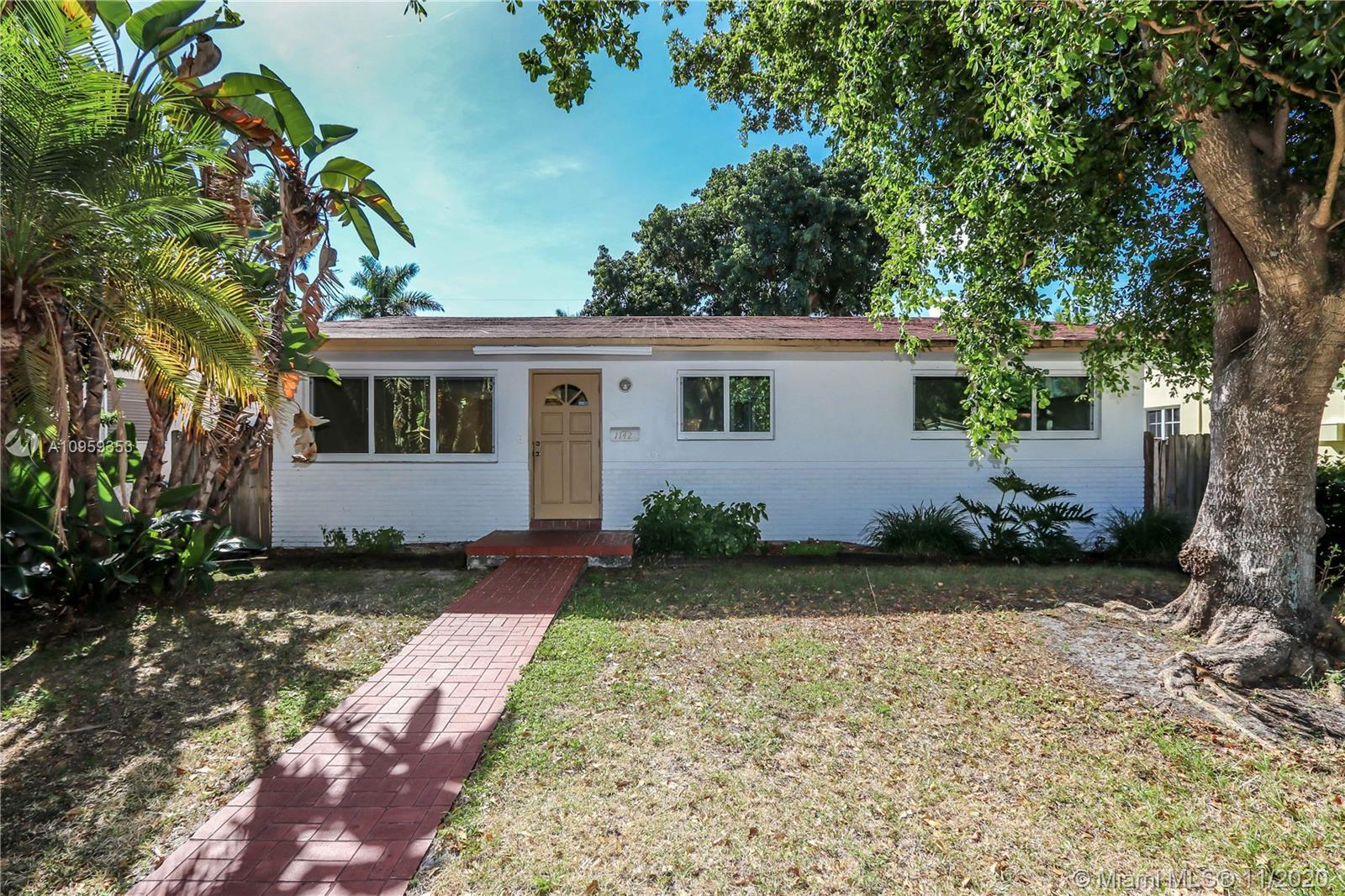 Very Bright home in Hollywood Lakes with 3 bedroom 2 bathrooms. Circular drive way. Very open layout