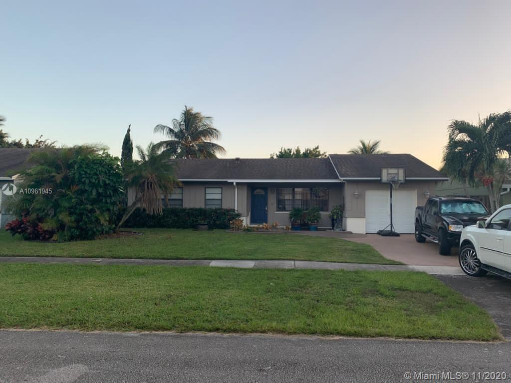 BEAUTIFUL HOME IN PRESTIGIOUS BOCA RATON! THIS HOME FEATURES A LARGE KITCHEN WITH A LARGE AMOUNT OF