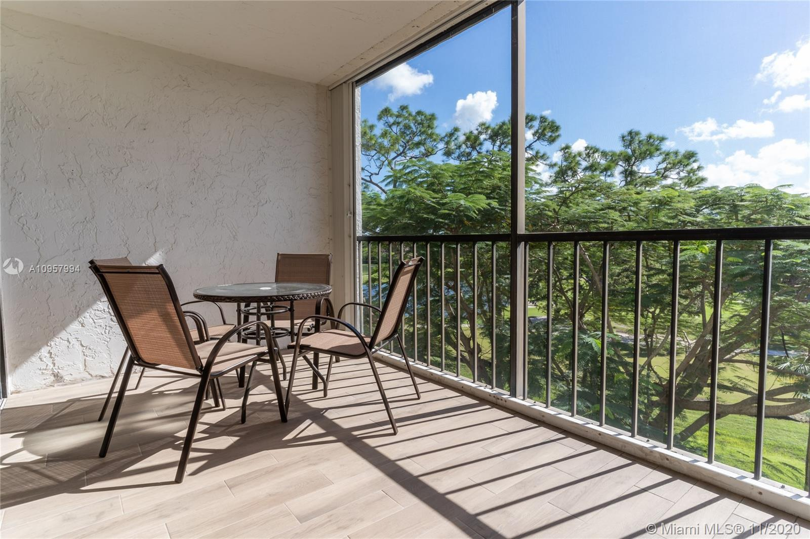 Amazing renovated 2 bedrooms with incredible golf views, Club Royale gated community. Beautiful kitc