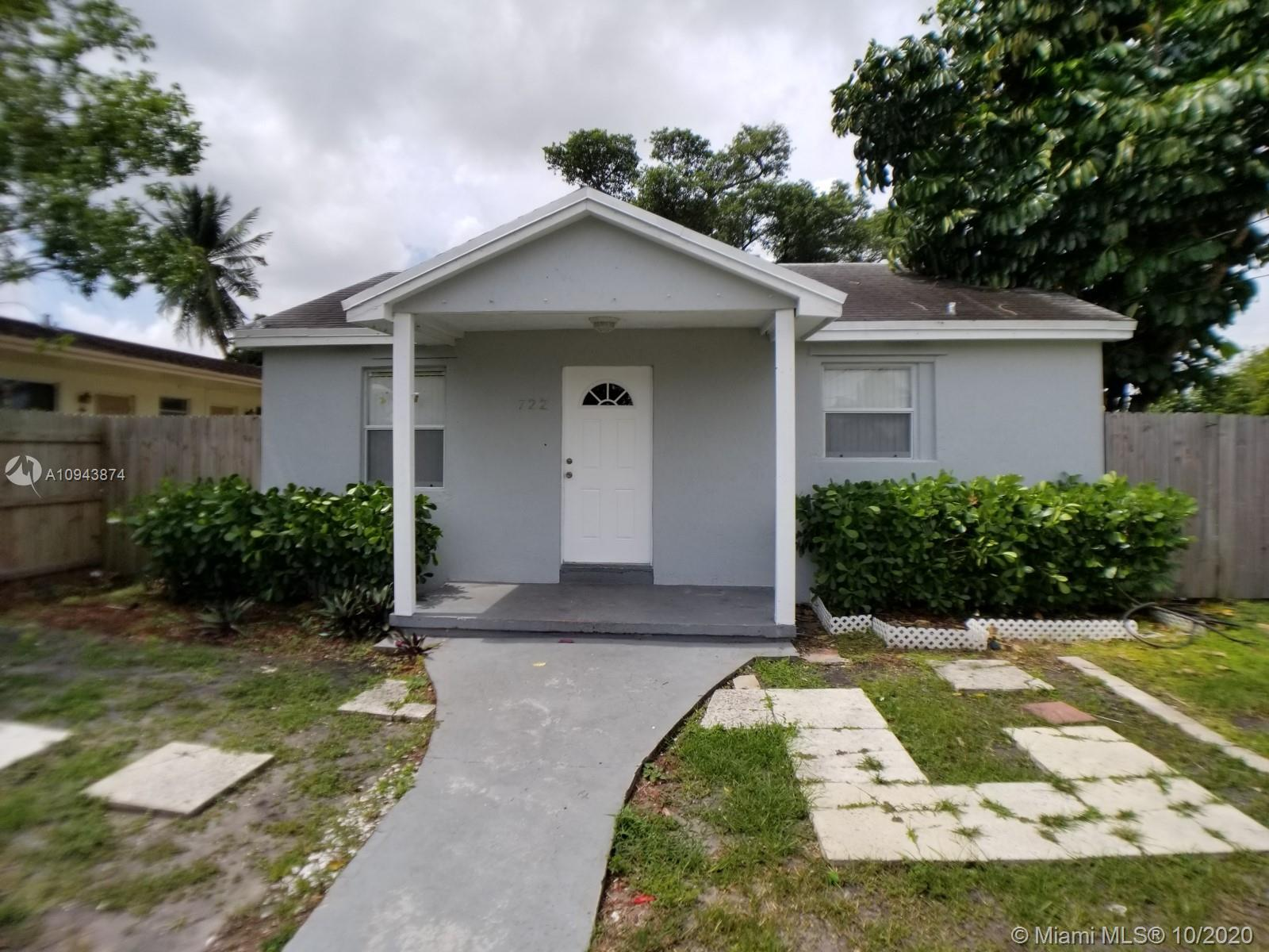 For Sale 3beds/1bath Single Family House in Hollywood. Tile and laminated wood, open kitchen, wall a
