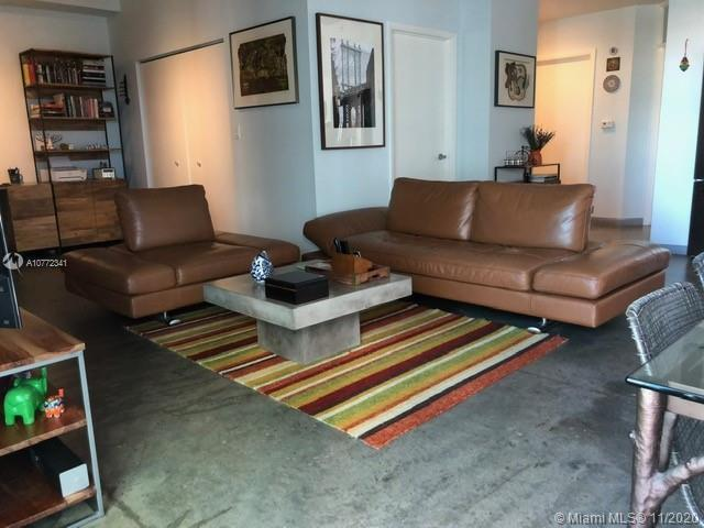 Beautiful and spacious 2-bedroom 2-bath located in the heart of Downtown Miami. Modern kitchen with