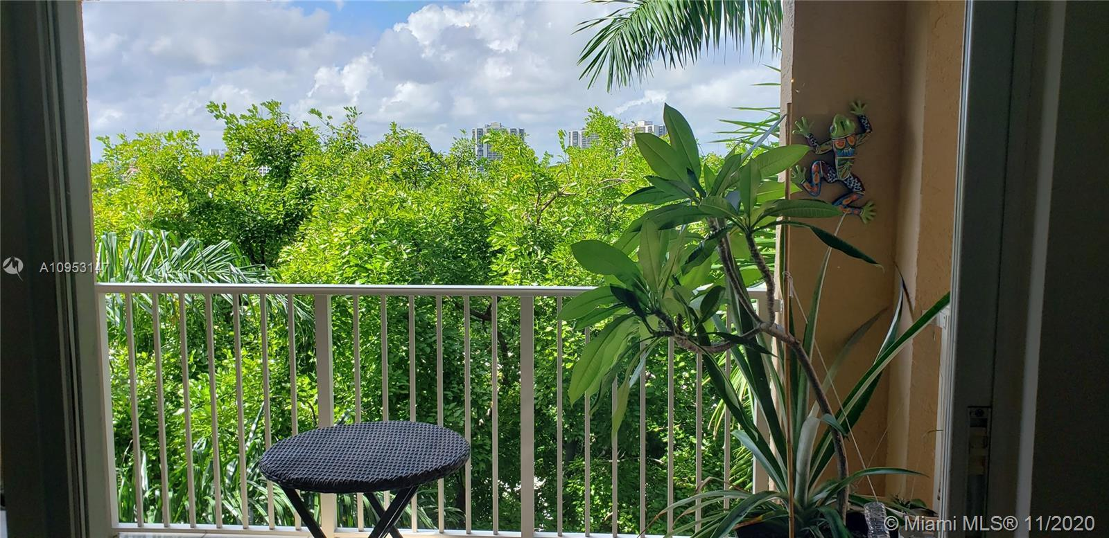 Welcoming and comfortable 2 bedroom / 2 bath apartment in the heart of Aventura. Featuring a split f