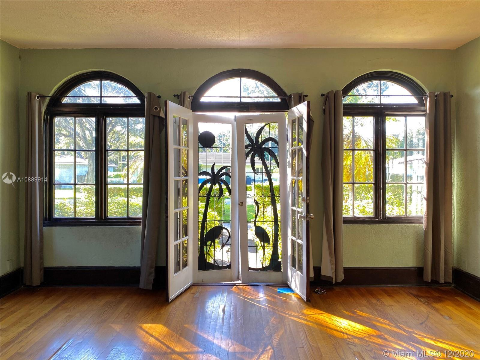 Amazing Historic Restoration Opportunity! Old Spanish dream with separate in-law quarters.  This gor