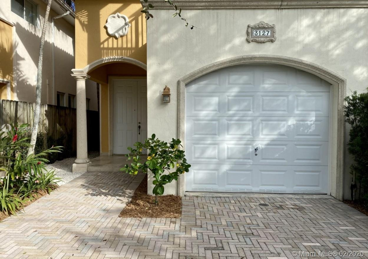 A great Townhome in a great street! Built in 2007, gated 3BR/2.5BA/1CGTH with high ceilings and marb