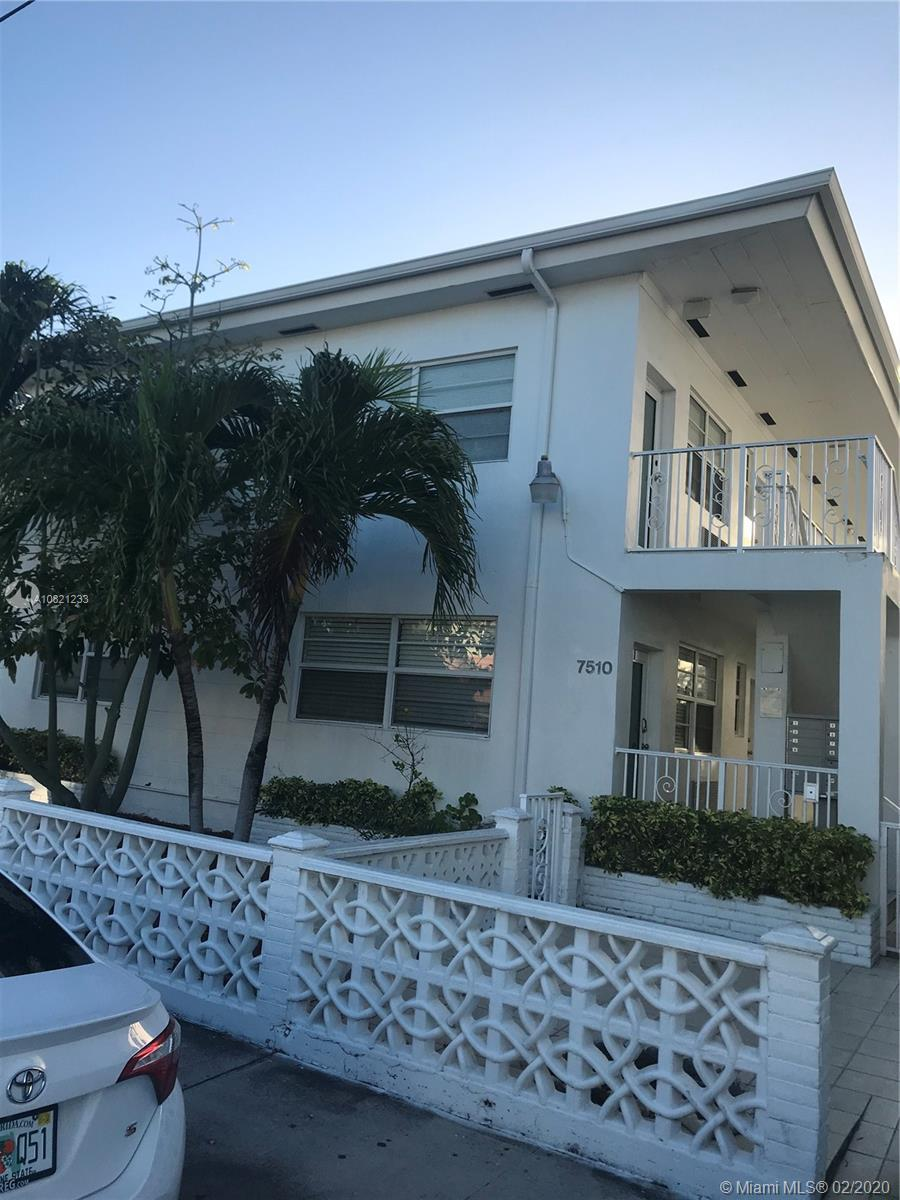 EXCELLENT CORNER AND GROUND FLOOR UNIT. TWO BLOCKS FROM THE BEACH, NEAR RESTURANTS AND SHOPPING EASY