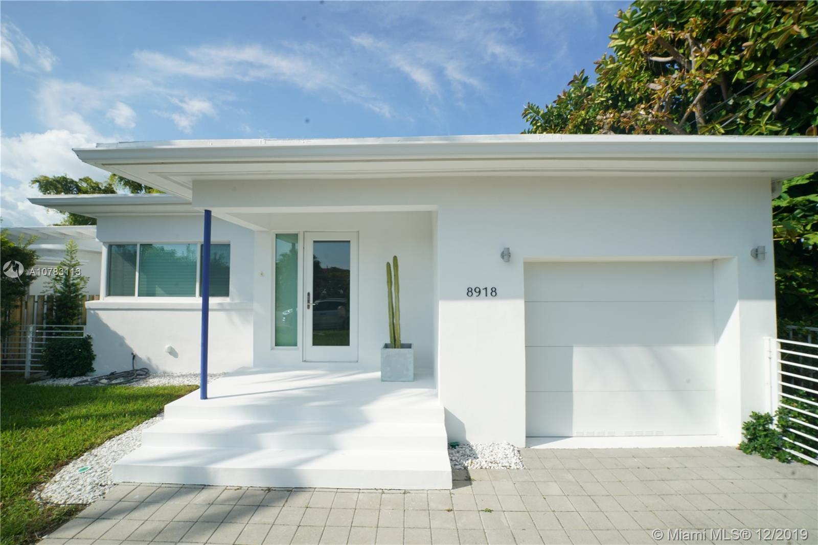 Modern and completely remodeled 3 bedrooms 2 bathrooms, plus garage Surfside house. Custom made in G