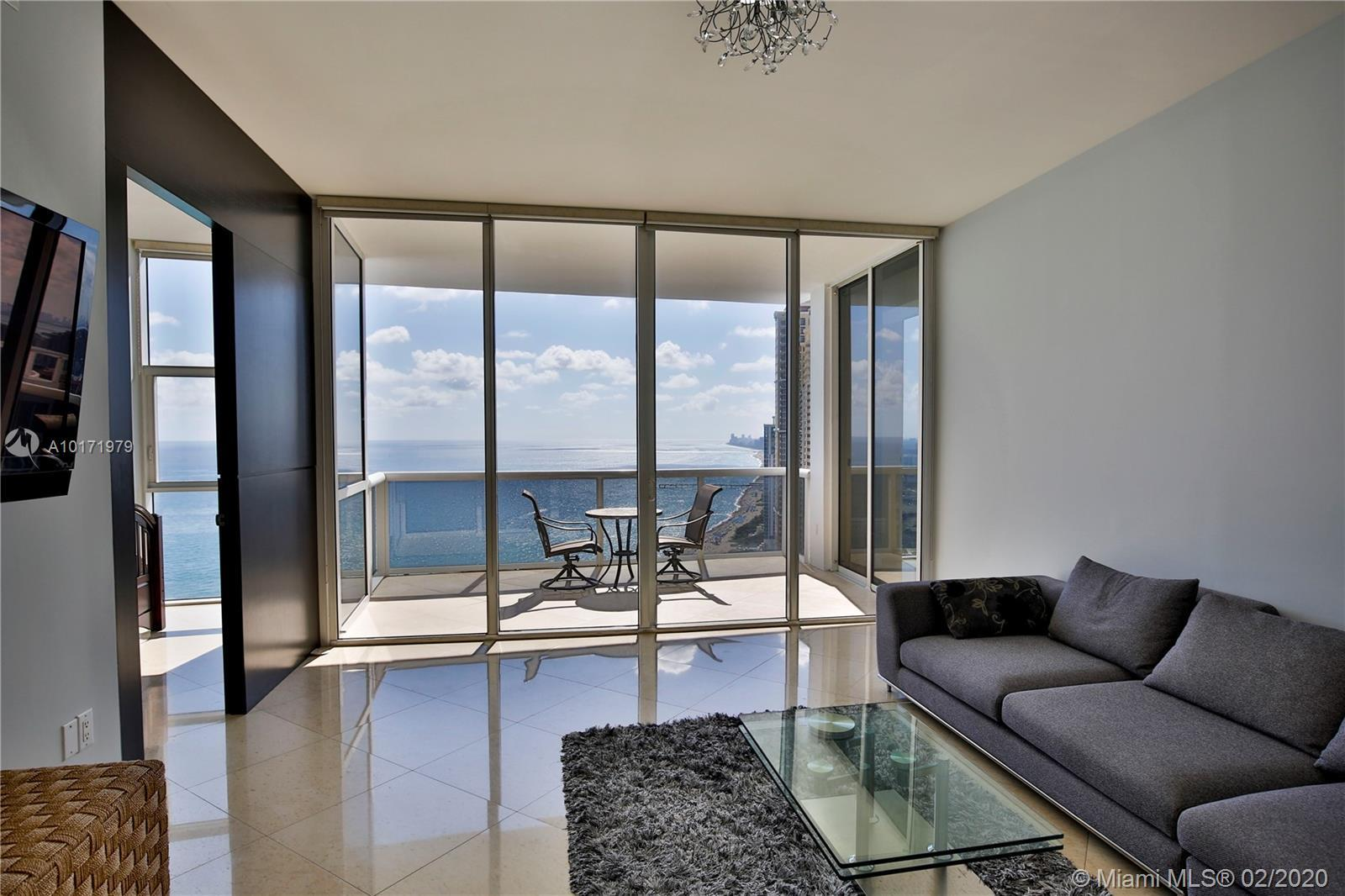 Beautiful residence 3 bedrooms/3,5 baths on 46th floor with breathtaking ocean and city views. Flow