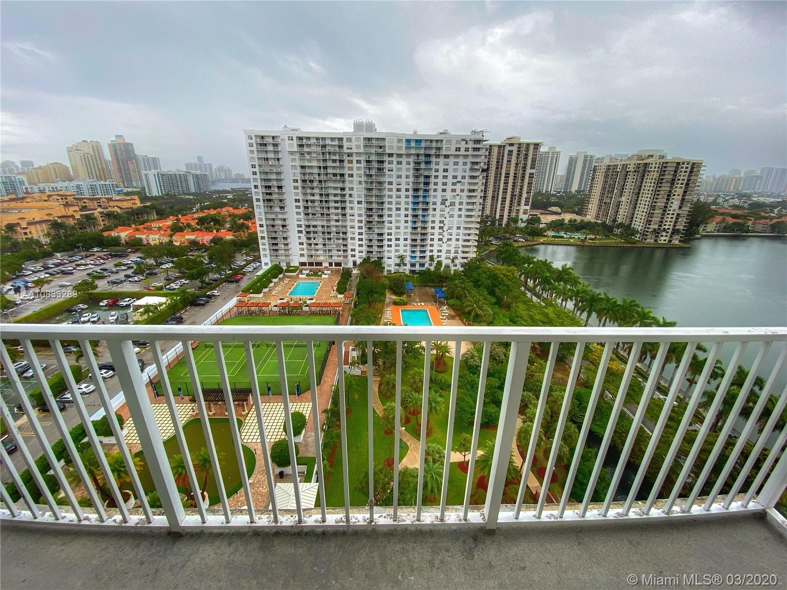 Apartment 1 bed/ 1.5 bath on the 17th floor with a spectacular view.Just a TLC on kitchen and bathro