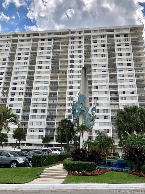 Beautiful and bright 1bedroom 1 1/2 bathroom apartment located in a full service buildinglocated in