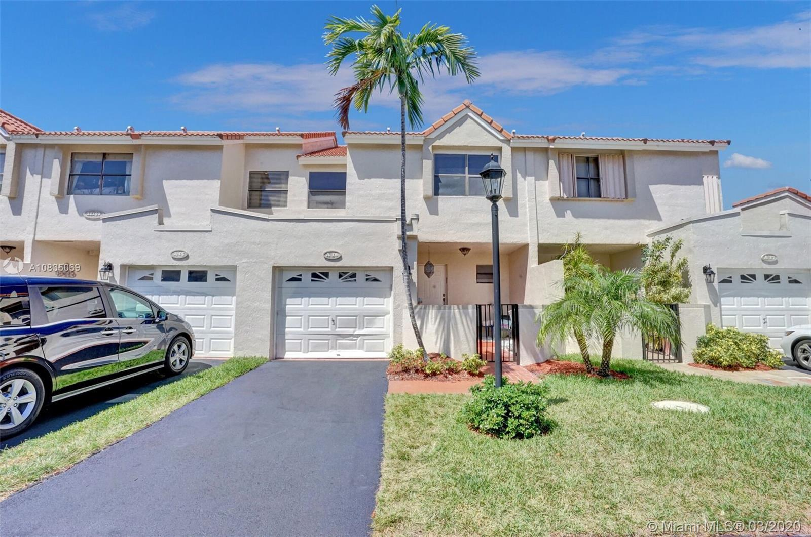 BEST DEAL IN LA MIRAGE!!! Beautiful updated 3/2.5 Town House in the heart of Aventura. GORGEOUS BRAN