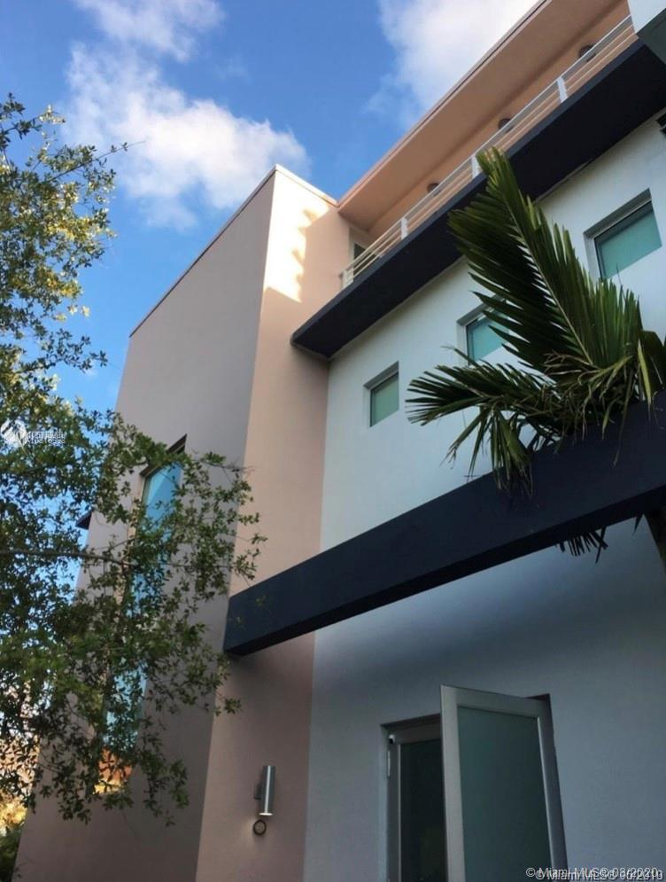Beautiful 4 bedroom 4 barh in highly desirble coconut grove.This tastefully home .Property is gated