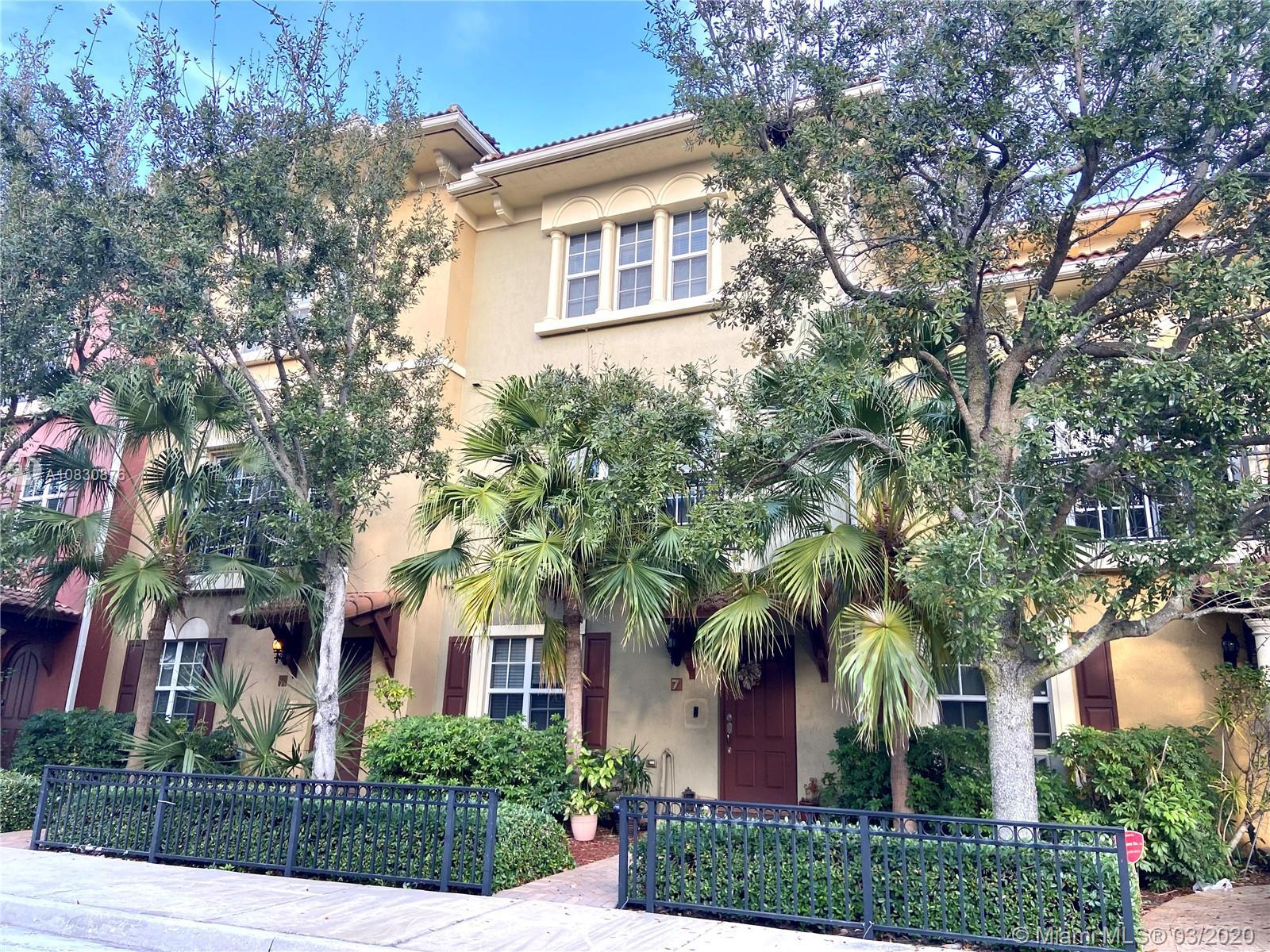 Magnificent Large 3 Story Townhouse, minutes to the Intracoastal, Beaches, Parks, Restaurants and Sh