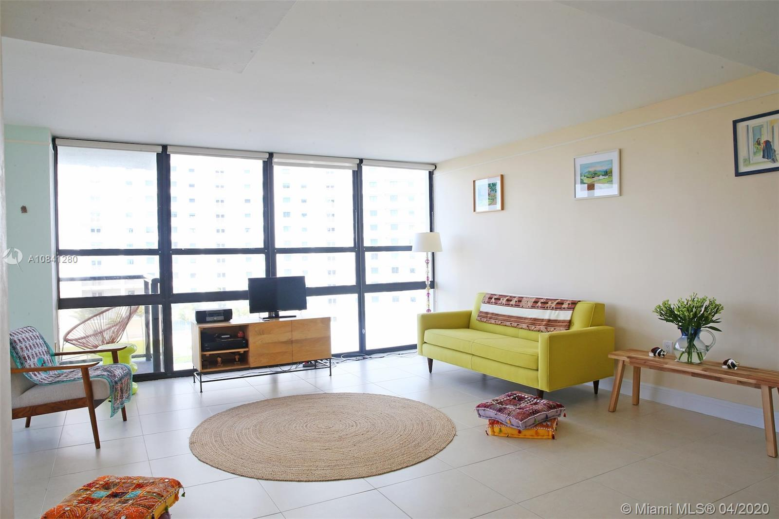 Spacious and open-plan 1 bedroom, 2 full-bathroom corner-unit condo at The Charter Club. A waterfron