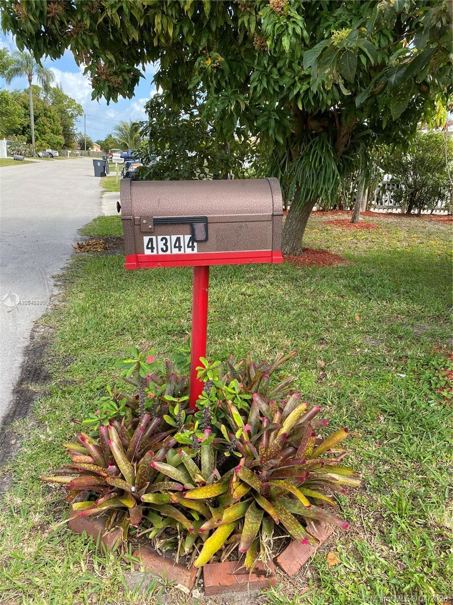 Charming little home in a great neighborhood on a dead end street!  Screened in front porch lanai, s