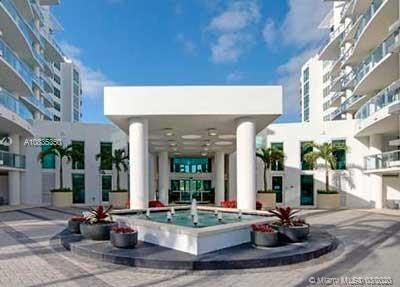Spectacular and very spacious unit located in an exceptional building. 