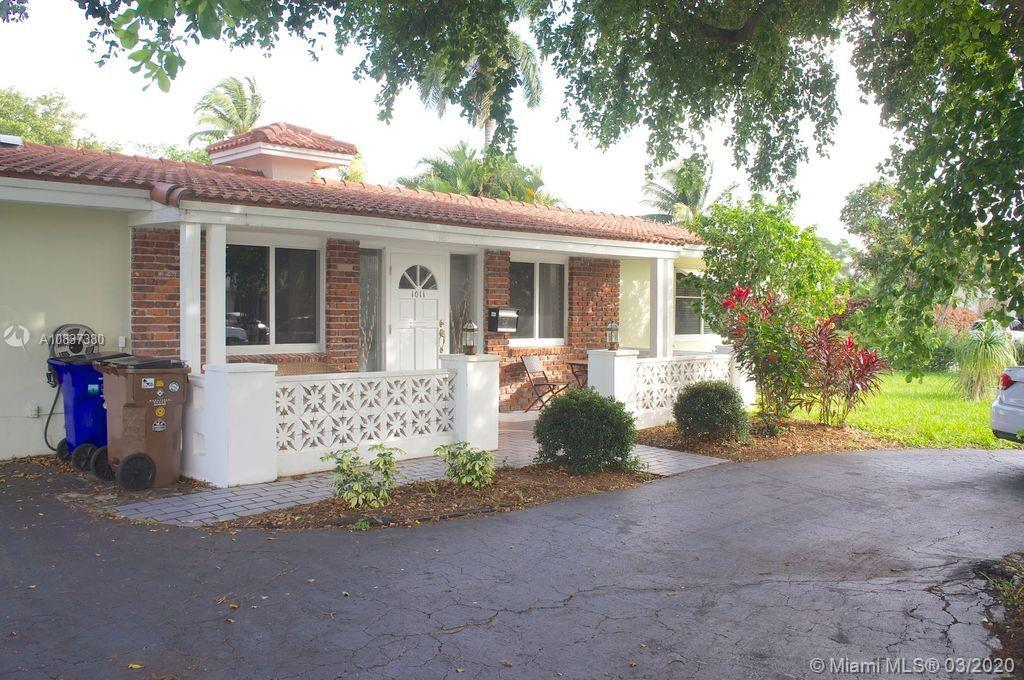 Well-maintained, recently remodeled 2/2 on big corner lot in The Cove. Open floor plan home includes