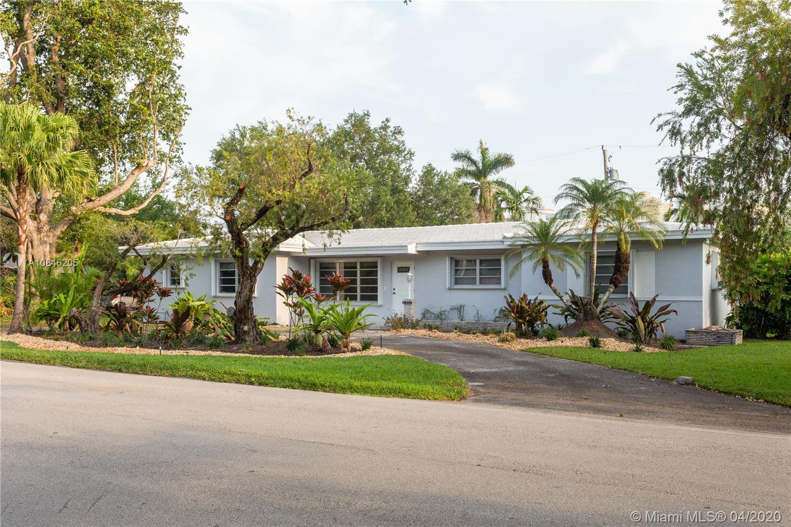 Here is an accommodating North Pinecrest single-family residence where you just might re-imagine you