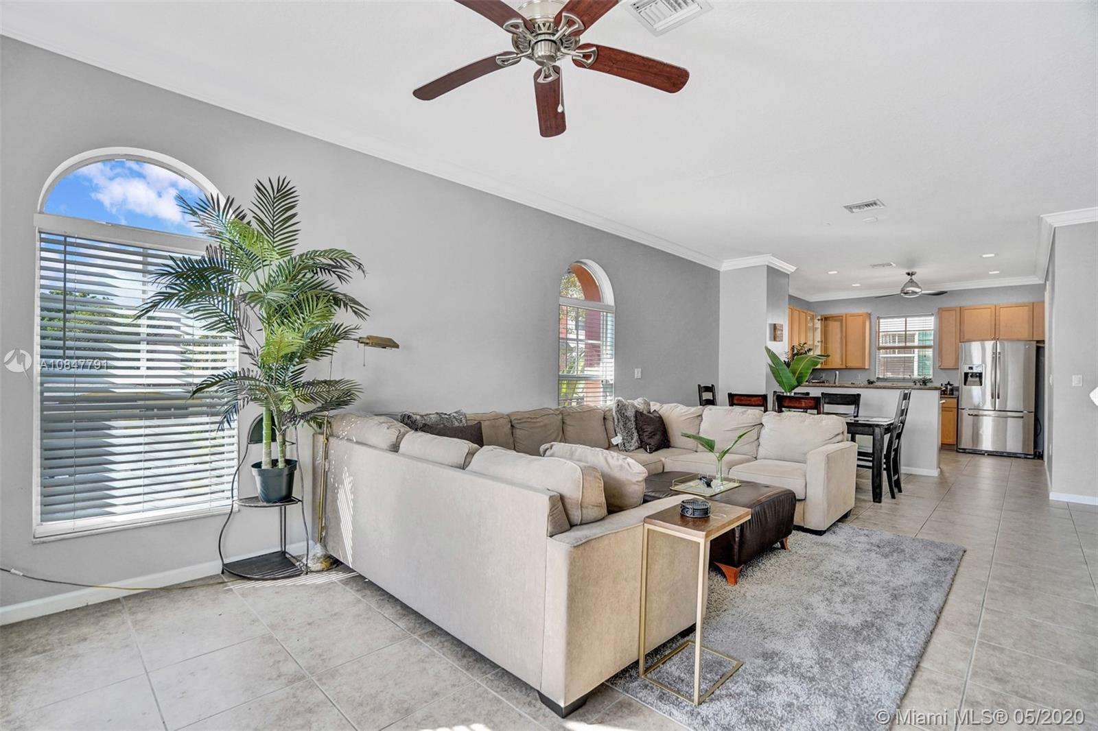 Magnificently 3 Story, Pet Friendly Townhouse in convenient East Fort Lauderdale location! Gated, se