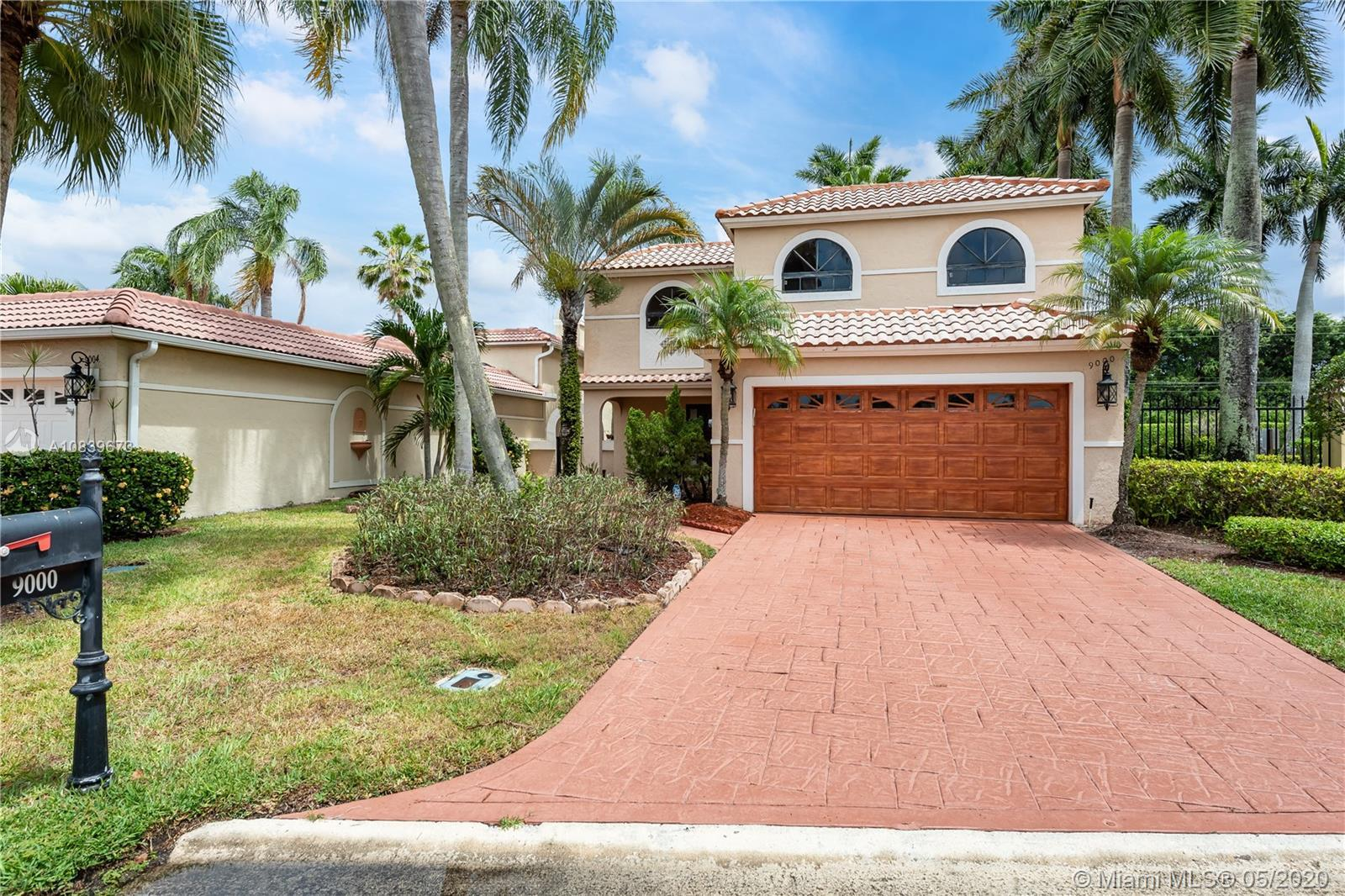 SELLER MOTIVATED. This remarkable 2 story home located in Villa Portofino in Boca Raton is ready for