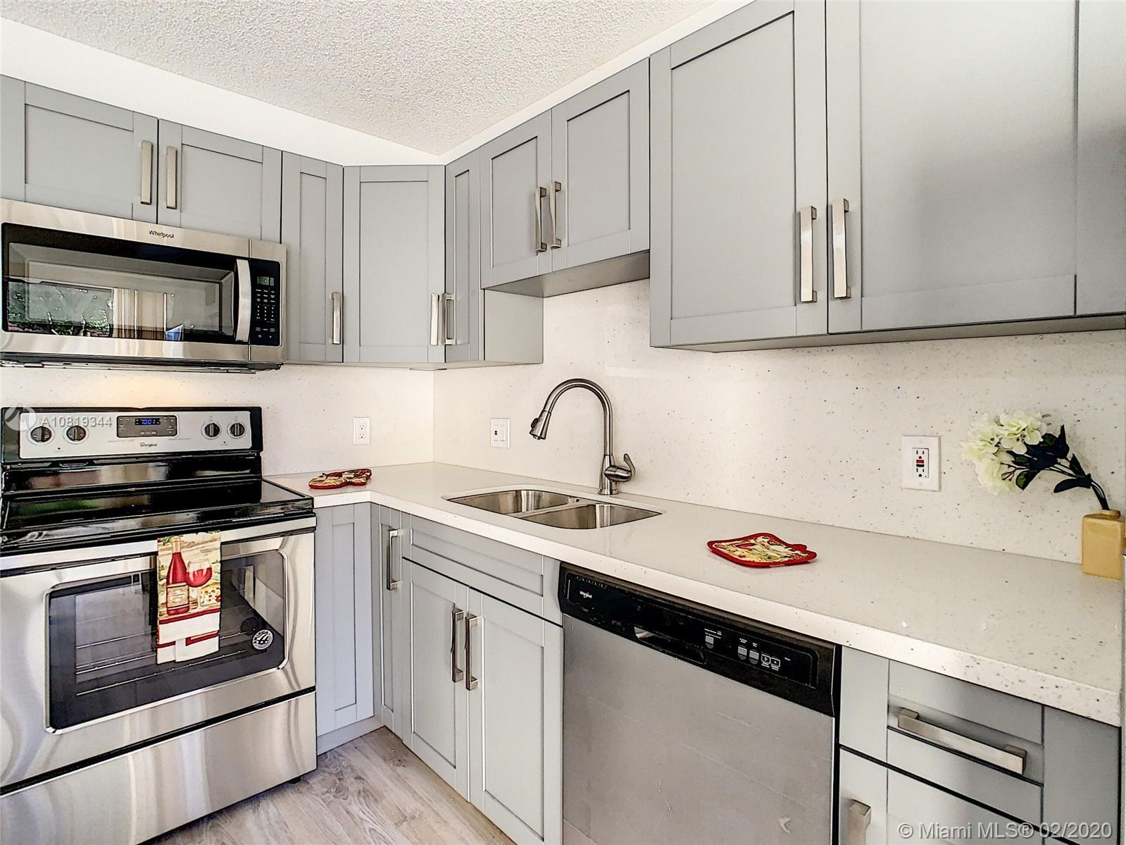 FANTASTIC 2 STORY TOWNHOUSE WITH 2 BEDROOMS AND 2.5 BATHROOMS. EXCELLENT LOCATION CLOSE TO SHOPPING,