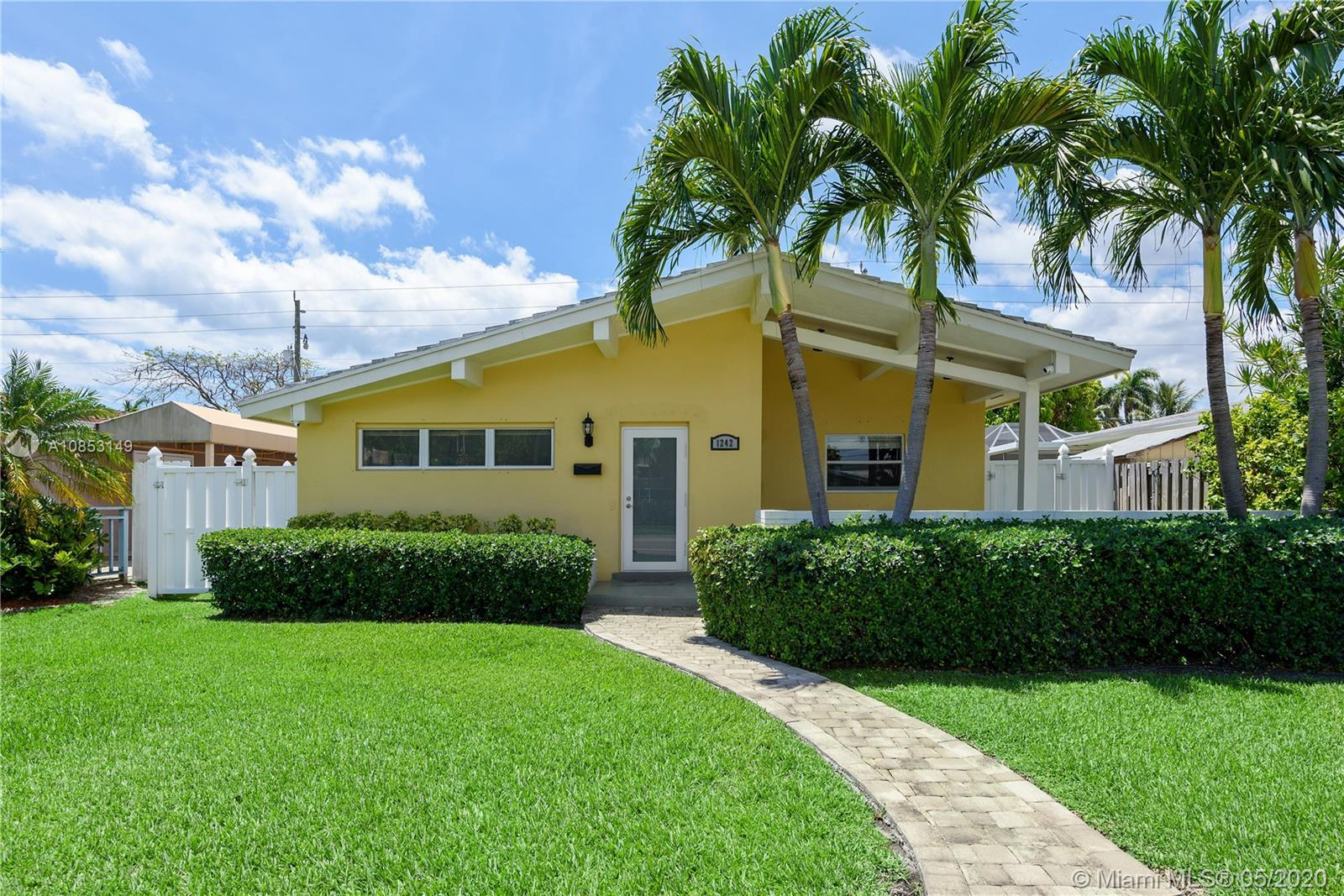 Prime Hollywood Lakes location! This beautiful bright & airy 3/2 is in the heart of East Hollywood.