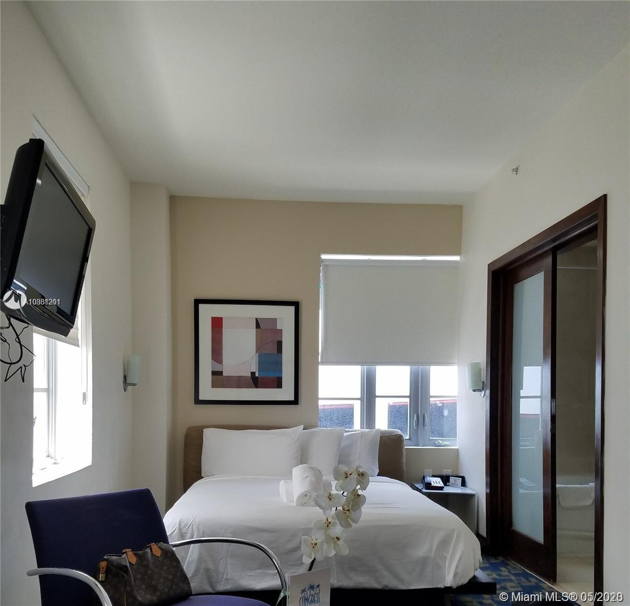 CASH ONLY.... DAILY RENTALS ALLOWED ....The best deal in SOUTH BEACH  ... corner unit , studio ..FUL