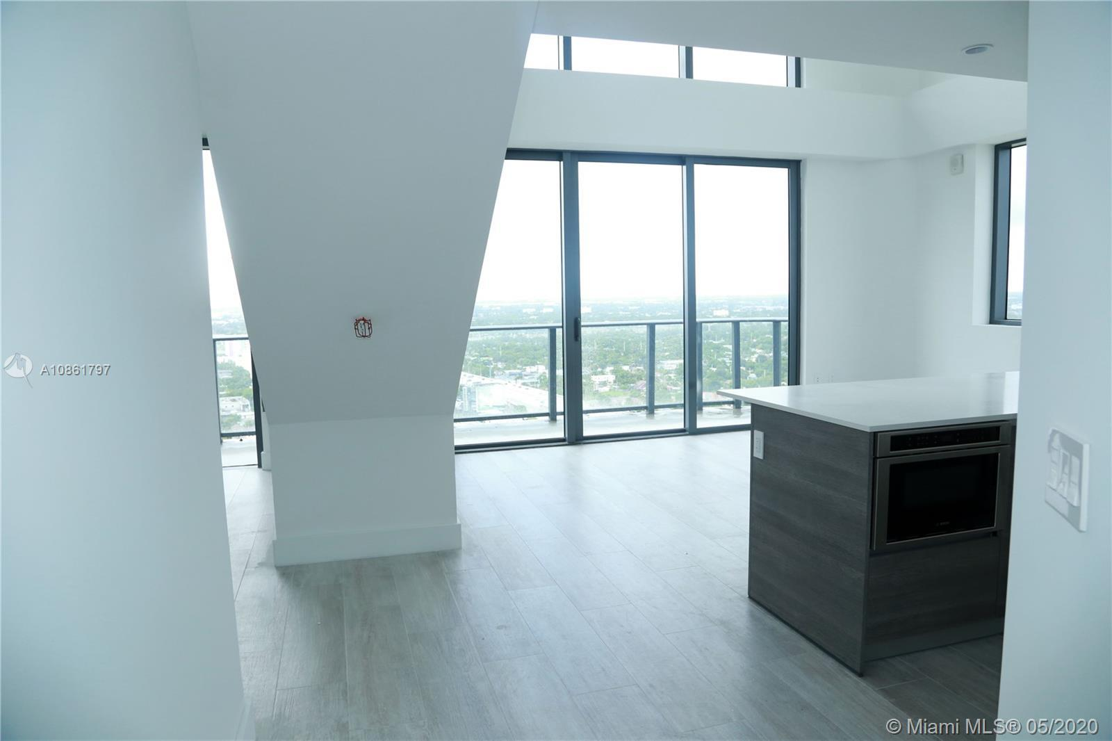 3 Level Penthouse... 4 bedroom open. Espectacular Bay view and Skyline. Private roof top with Jacuzz