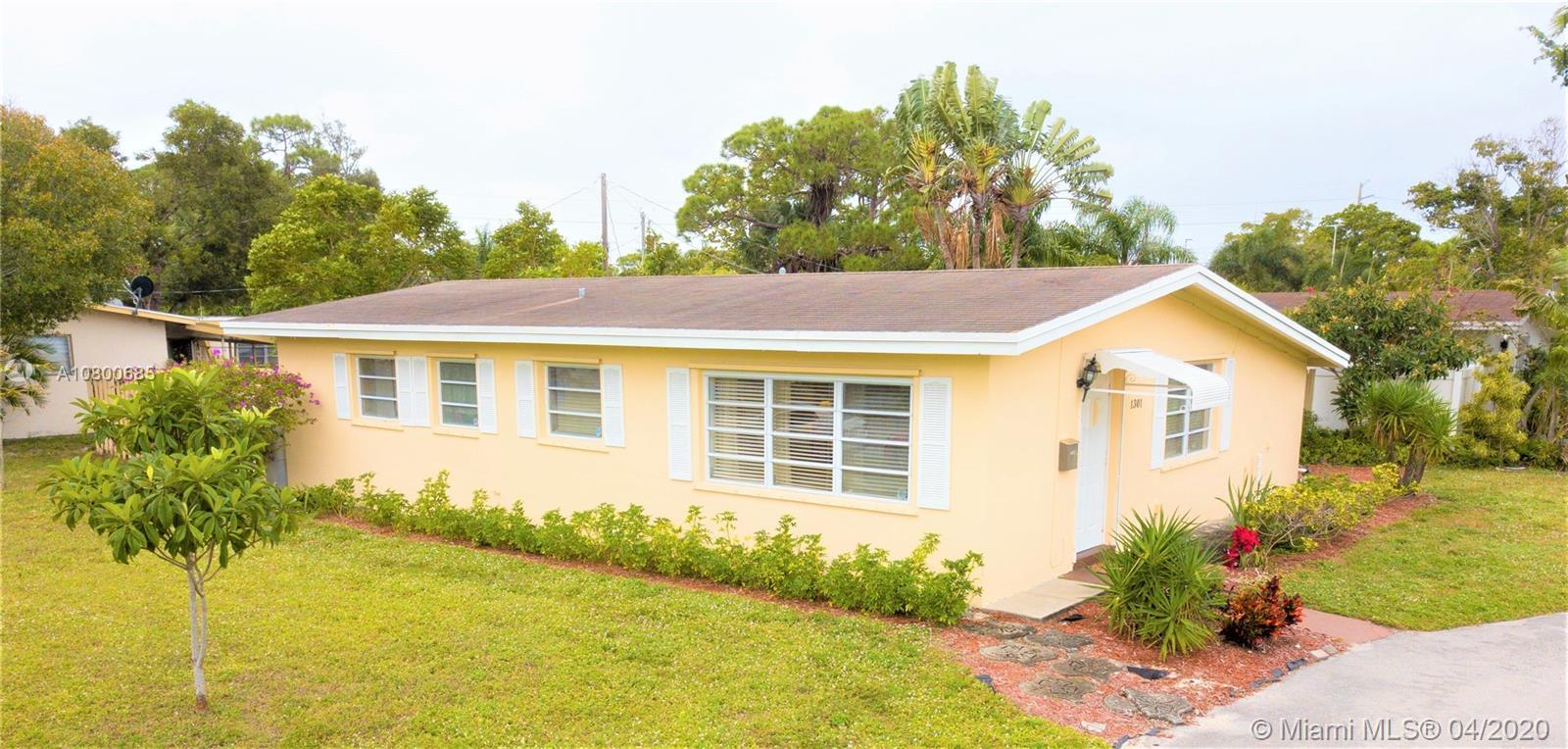 ABSOLUTELY CHARMING 3/2 single family home w/ENORMOUS CORNER LOT: approx 11,000 sq ft! This cute hom