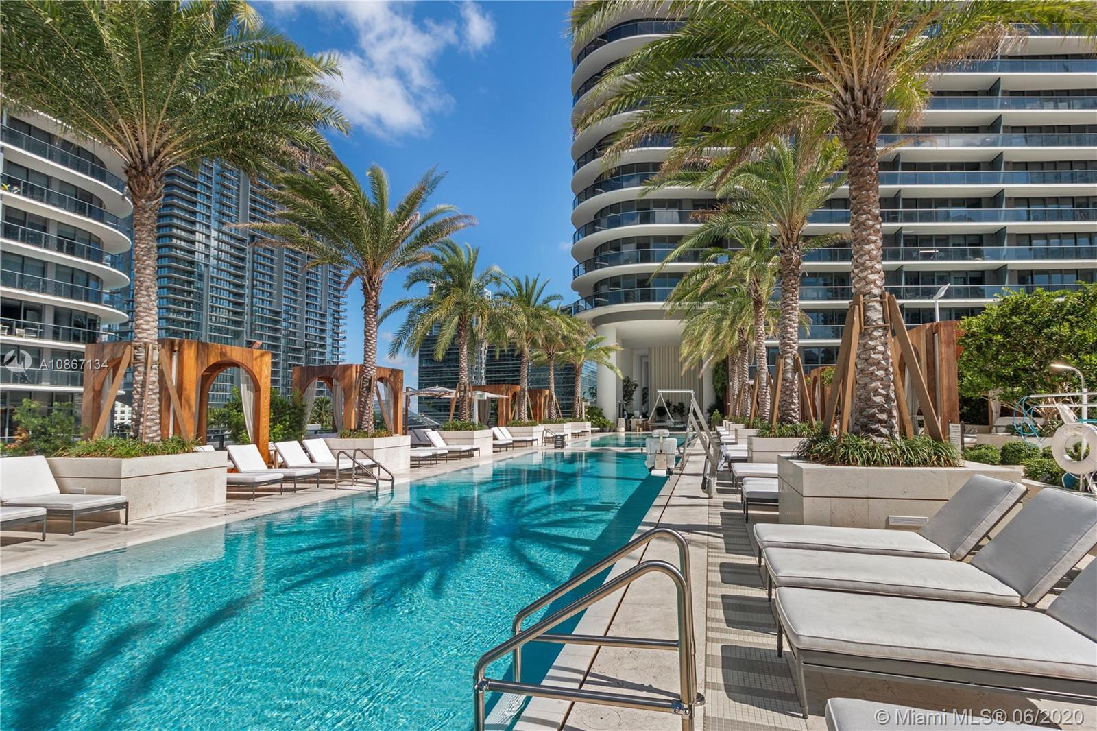This 52nd floor unit is one of the fews 1 bed plus den at SLS Lux, with and open and stunning view.