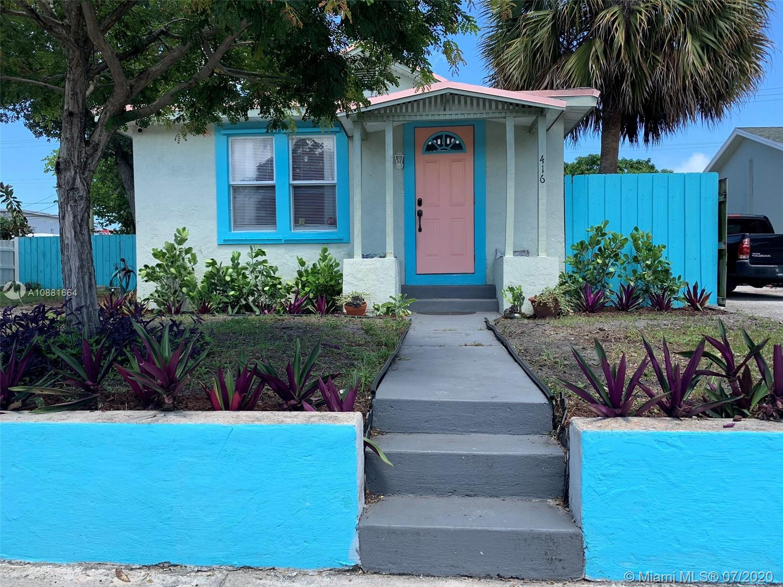 Beautiful cottage located less than 2 miles or 7 minutes from the beach and a few minutes from the H