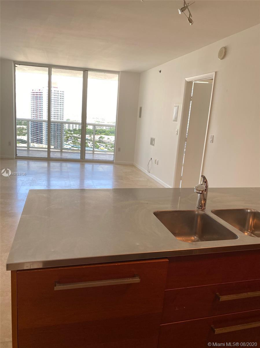 Beautiful views of the city and intracoastal!! 1 bedroom + den / 1 bathroom with double access from