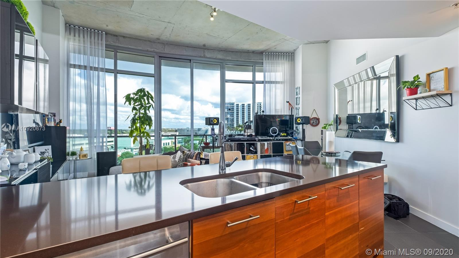 Amazing bright corner unit at Midtown 4, 2 bedrooms / 2 bathrooms with very high ceilings and expens