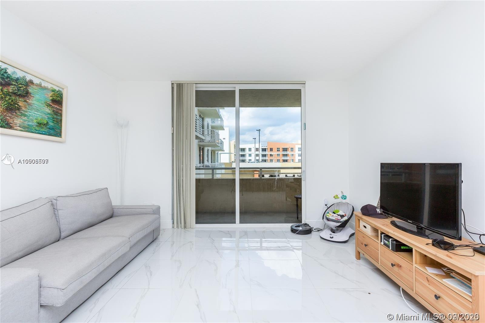 Great opportunity for a 2/2 in the heart of Aventura. Excellent schools, walking distance to shops,