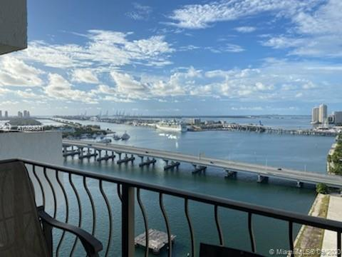 Breathtaking direct views of Downtown Miami and Biscayne Bay! This beautiful & spacious 1 Bedroom 1